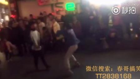 小伙子在街头疯狂斗舞,突然杀出一个大叔,画面看不下去....哈,大叔好样的!