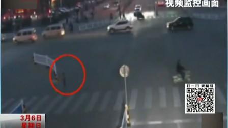 江苏宿迁粗心妈妈骑电自行车将孩子落在十字路口都市晚高峰(下)160306