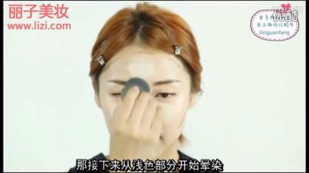韩国彩妆女神pony化妆视频:HelloRabbit-粉色烟熏妆容用眉笔和眉粉画粗眉