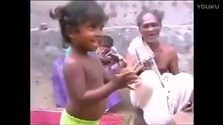 勇猛小女子抓蛇玩来玩去历害啊!!