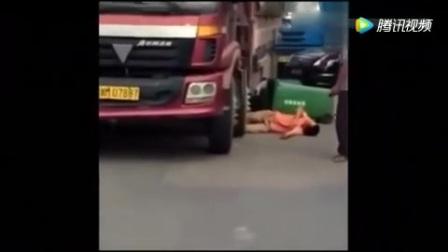 男子狂砸大货车躺地上碰瓷讹钱,司机彻底被激怒,踩下了油门