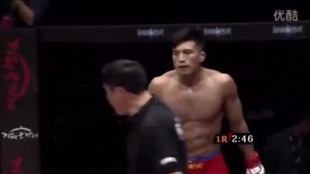 中国拳手被韩国拳手踢裆后直接站立裸绞让韩国拳手窒息休克
