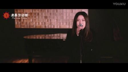牛爆了! 中国姑娘翻唱《欢乐好声音》主题曲, 唱的真好!