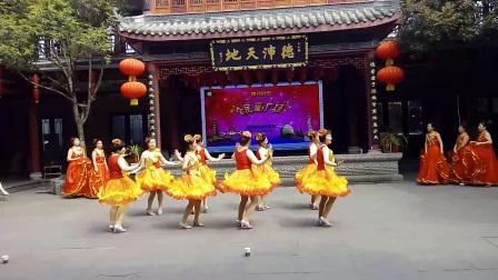 绵阳市时代广场舞,高新区石桥铺,美立方舞蹈队赴眉山市,洪雅县柳江古镇两日游会演比赛