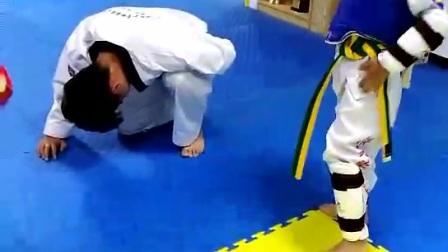 教练被踢裆了