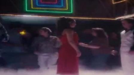 这个跳舞片段完全是致敬80年神作《空前绝后满天飞》