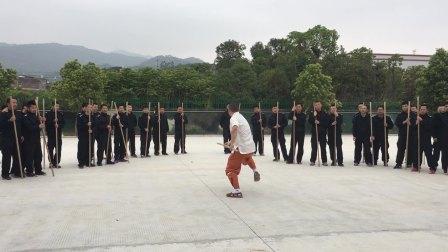 泉州少林寺武僧授予第四狱警少林棍术