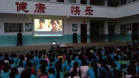 """新中中心学校开展""""寄宿学生观看《中华之剑》禁毒教育影视片""""活动"""