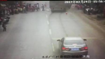 广西小学生过马路被车撞致3 校门口附近有弯道。 3月24日下午,广西贵港桂平市木乐镇广仁村路段发生一起特大交通事故,一辆大卡车冲向了一群正在过马路的小学生。