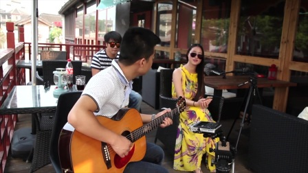 璐妮vs咚咚《风吹麦浪》朱丽叶吉他弹唱
