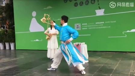 四川茶艺表演成都芙蓉门茶艺团队在宽窄巷子无我茶会双人长壶茶艺表演