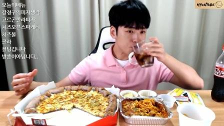 [吃播]小哥吃一大块披萨、芝士焗意面、奶酪球!(颜控福利~)