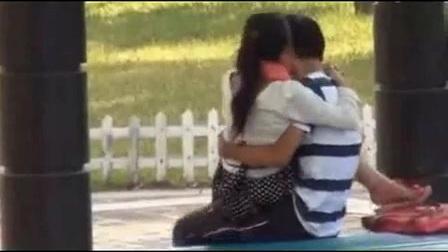 情侣公园内激情缠绵不雅一幕_标清
