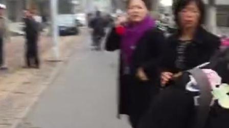 这个女士孩子跑不见了,看看有没有谁见过这小孩了。