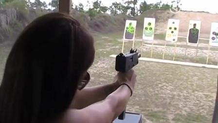 美女用Mac10式冲锋枪射击,不玩扫射玩点射