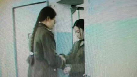 女警给犯人戴上手铐,押出牢房