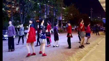 一群大姐在路边上跳广场舞引大人小孩围观双人舞要默契配合才好看