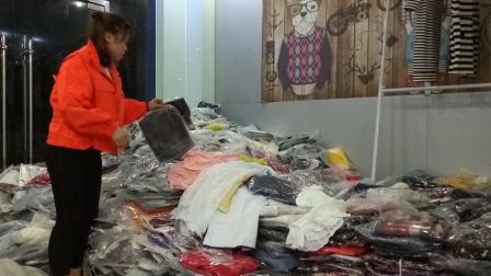 4元一件女装连衣裙 毛衣 外套 短裤 短裙 都是精品 仓库搬迁处理,女装服装尾货批发清货基地