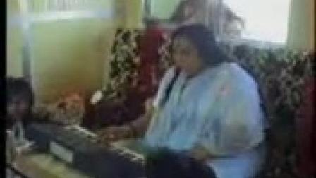 霎哈嘉瑜伽创始人锡玛塔吉与瑜伽士在船上