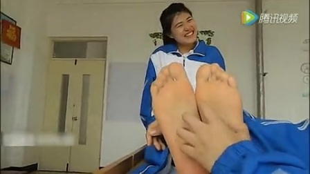 宿舍女生挠脚心