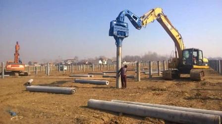 挖掘机使用高频液压振动锤打太阳能光伏桩施工现场视频.TEL:13814202120