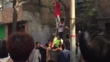 美女在马路边上上吊,很多好心路人救了她一命!