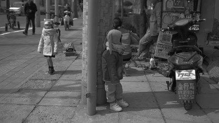 北京街头可爱到爆的小姑娘玩捉迷藏