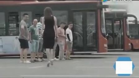 ▶大胸美女坐公交车,笑死我了