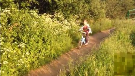 美女骑单车花样出糗集锦