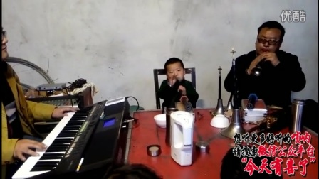 农村办白事,3岁娃吹唢呐《河南地方戏》爷爷和爸爸妈妈在旁边伴奏