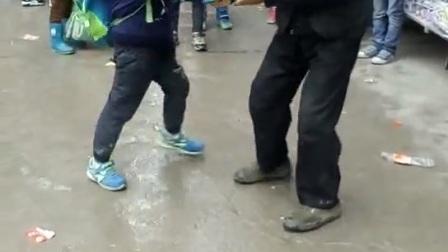 重庆万州罗田小学一小孩因为在学校把伞丢了导致爷孙对打,家庭教育谁对错?