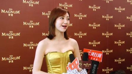 彰显性感!景甜穿金色抹胸裙与媒体粉丝会面(老戴拍摄)