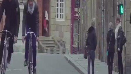 【这款来自法国的自行车好酷!】最近一款叫Trocadero Fixie 的变形自行车在国外十分受欢迎,它的外形看起来和普通自行车没两样,骑起来的时候两个轮子却能