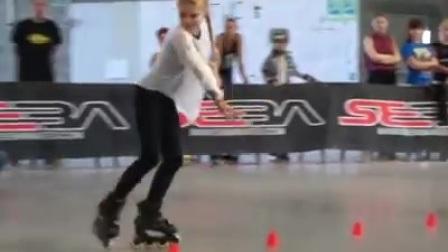 这位外国小姑娘滑旱冰技艺高超,不服不行