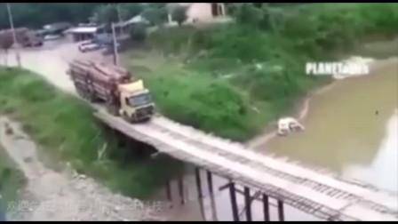 惊险!大货车极限挑战简易老木桥,结果桥竟没倒塌?