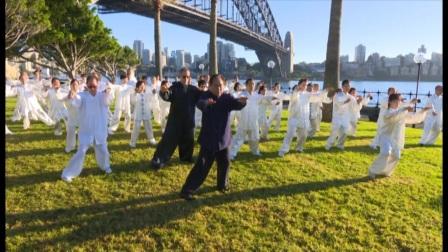 赵幼斌老师在悉尼歌剧院前带领数百位拳友晨练