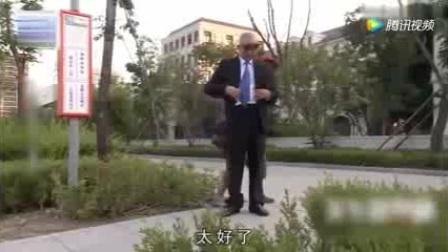 二货公交车站装逼,遭美女白眼!.mp4