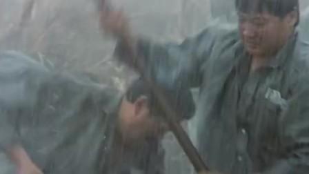 看见美女大雨天路边换轮胎,洪金宝梁家辉众人疯抢着要帮忙!