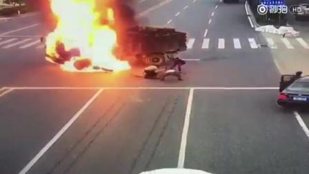 撞车后马上爆燃?现场堪比大片!