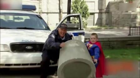 国外街头恶搞: 小孩子超人转世,轻松举起水泥块,路人表情亮了