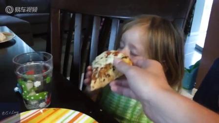 边睡边吃披萨,超会利用时间的小女孩
