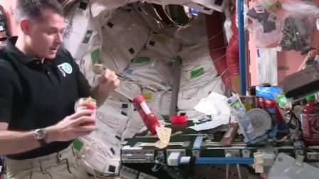 宇航员教你如何在太空中自制三明治