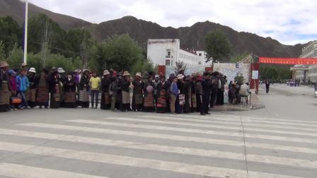 2013年,拉孜县中学,家长们在等孩子考试结束,一起回家1