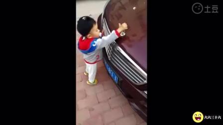 这谁家的熊孩子,竟敢拿上百万奔驰豪车的车标当换档器一样的摇!
