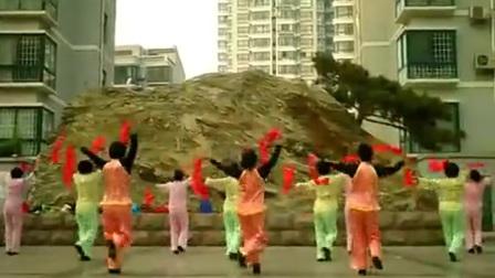 0001.新蓝网-光明花苑广场舞《欢乐中国年》彩带舞 丝带舞
