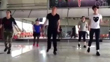 几个舞蹈老师跳鬼步舞广场舞 那才叫一个好看 带劲