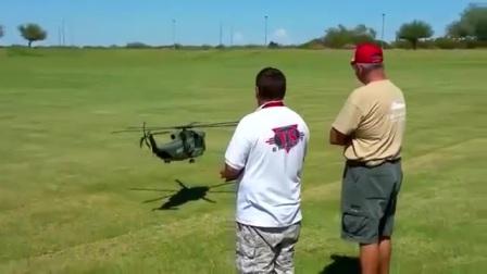 这么大的遥控直升机!还是老外会玩啊