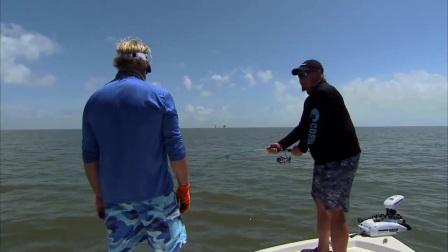 美国大叔下海钓鱼,辛辛苦苦钓上来却又放回海里,好任性