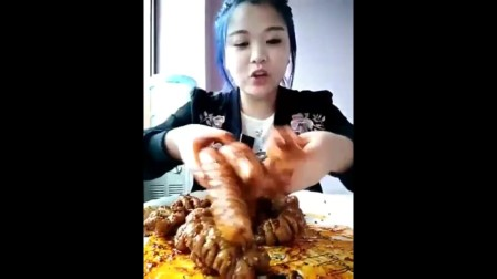 学妹子吃肥肠头,麻辣味鲜外酥里嫩,大口吃肉的感觉太过瘾了!