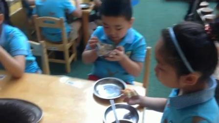 陕西省商业幼儿园大二班毕业前演出排练前吃早餐